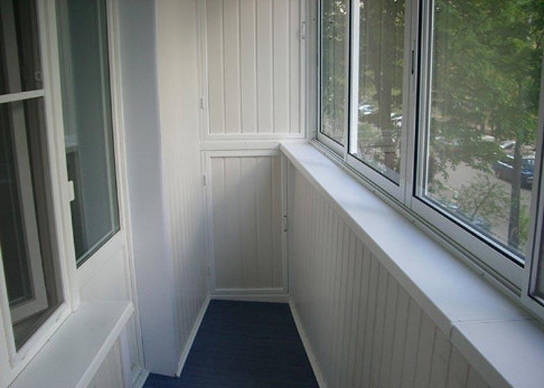 Чем лучше отделать балкон - пластиком или деревом: видео-инс.