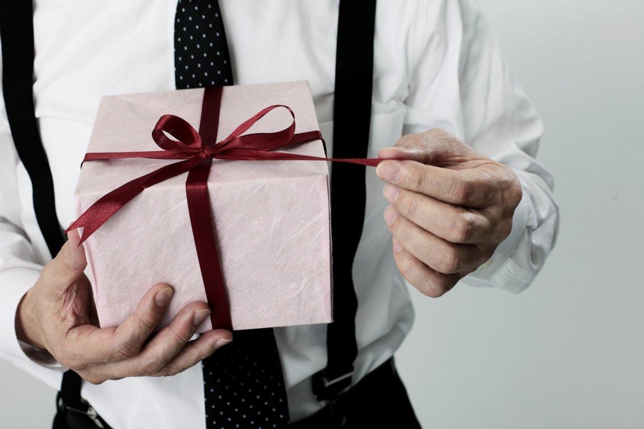 Картинки о подарков от мужчины прикольные, открытка