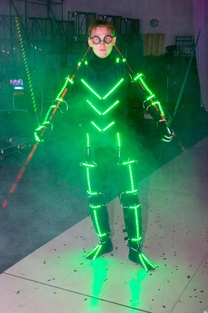 Как сделать светящийся костюм своими руками 57